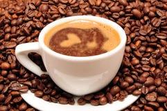 Tazza di caffè ed il chicco di caffè immagine stock