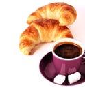 Tazza di caffè espresso con i croissants fotografia stock libera da diritti