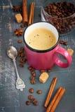 Tazza di caffè espresso, dei bastoni di cannella e dei chicchi di caffè su una b misera Fotografia Stock Libera da Diritti