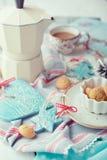 Tazza di caffè espresso e delle decorazioni di Natale su una tavola Fotografia Stock Libera da Diritti