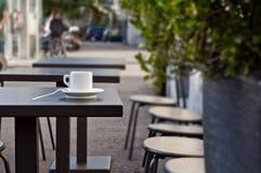 Tazza di caffè espresso italiano su una tavola - caffè della via immagine stock