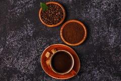 Tazza di caffè, fagioli, polvere a terra e zucchero Fotografia Stock