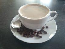 Tazza di caffè fatta con i fagioli Immagine Stock