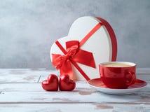 Tazza di caffè, forma del cuore e contenitore di regalo immagine stock