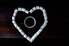 Tazza di caffè fra le caramelle gommosa e molle nella forma di cuore su dar di legno Fotografie Stock Libere da Diritti