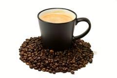 Tazza di caffè fresca con i fagioli Fotografie Stock