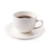 Tazza di caffè fresca su un piatto, isolato fotografia stock libera da diritti