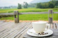 Tazza di caffè fresco con i chicchi di caffè Immagini Stock Libere da Diritti