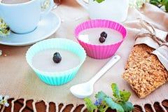 Tazza di caffè, gelatina, piccole pagnotte del grano su una tavola fotografia stock
