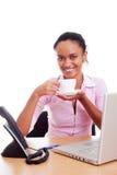 Tazza di caffè graziosa della holding della donna Fotografia Stock