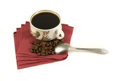 Tazza di caffè isolata sul tovagliolo rosso Fotografie Stock Libere da Diritti