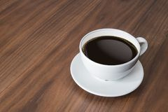 Tazza di caffè macchiato e caffè caldo del caffè espresso sulla tavola di legno immagine stock
