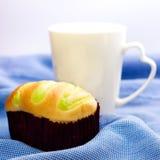 Tazza di caffè macchiato e del panino Fotografie Stock
