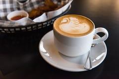 Tazza di caffè macchiato piana con lo spuntino immagine stock