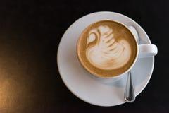 Tazza di caffè macchiato piana sulla tavola nera fotografia stock libera da diritti