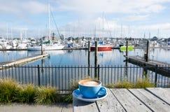 Tazza di caffè macchiato piano al porticciolo della baia di Marsden, Whangarei, nuovo immagine stock