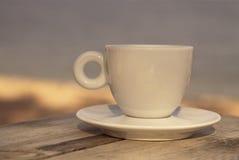 Tazza di caffè macchiato sulla tavola di legno Immagini Stock