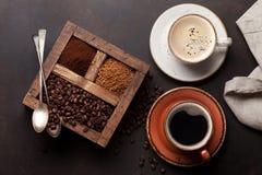 Tazza di caffè, caffè macinato e del seme di cacao torrefatto immagini stock libere da diritti