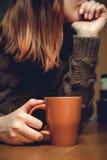 Tazza di caffè in mani femminili Immagini Stock Libere da Diritti