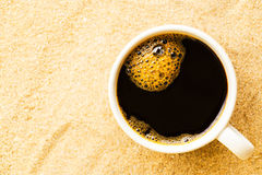Tazza di caffè messa in sabbia alla spiaggia Fotografia Stock Libera da Diritti