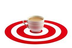 Tazza di caffè nel centro dell'obiettivo rosso Fotografia Stock