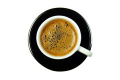 Tazza di caffè nera sul piattino dalla cima, isolata fotografia stock