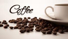 Tazza di caffè nero con i fagioli arrostiti del coffe Immagine Stock