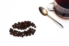Tazza di caffè nero con i semi di cacao torrefatti Fotografie Stock Libere da Diritti