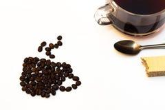 Tazza di caffè nero con i semi di cacao torrefatti Immagine Stock Libera da Diritti