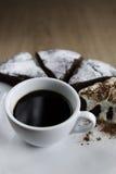Tazza di caffè nero con il dolce di cioccolato Fotografie Stock