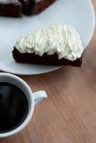 Tazza di caffè nero con il dolce di cioccolato Immagini Stock
