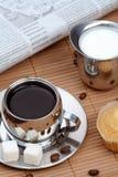 Tazza di caffè nero con la focaccina ed il latte Fotografia Stock