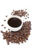 Tazza di caffè nero e dei chicchi di caffè isolati Fotografia Stock Libera da Diritti