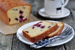 Tazza di caffè o tè con un dolce della ciliegia su una cena-tavola di legno Immagine Stock