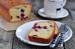 Tazza di caffè o tè con un dolce della ciliegia su una cena-tavola di legno Fotografie Stock Libere da Diritti