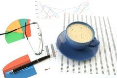 Tazza di caffè, penna di ballpoint e vetri Fotografia Stock