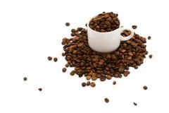 Tazza di caffè, piena dei fagioli immagine stock