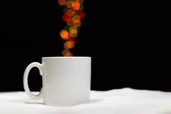 Tazza di caffè piena di vapore un giorno dell'inverno Fotografie Stock Libere da Diritti