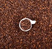 Tazza di caffè riempita di punto di vista astratto dei chicchi di caffè Fotografie Stock
