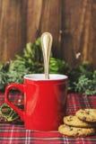 Tazza di caffè rossa, biscotti della vaniglia con di pepita di cioccolato Immagini Stock Libere da Diritti