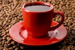 Tazza di caffè rossa e fagioli Fotografia Stock