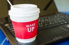 Tazza di caffè rossa sul computer portatile Fotografie Stock Libere da Diritti