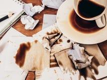 Tazza di caffè rovesciata sulla tavola di legno, vista superiore immagini stock libere da diritti