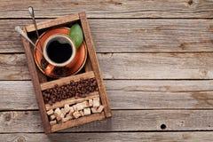 Tazza di caffè, semi di cacao torrefatti e zucchero bruno fotografia stock libera da diritti