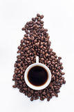 Tazza di caffè sistemata con i chicchi di caffè arrostiti freschi Immagine Stock Libera da Diritti