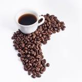 Tazza di caffè sistemata con i chicchi di caffè arrostiti freschi Fotografia Stock Libera da Diritti