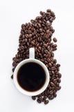 Tazza di caffè sistemata con i chicchi di caffè arrostiti freschi Immagine Stock