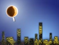 Tazza di caffè sopra una città Immagini Stock Libere da Diritti