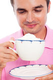 Tazza di caffè sorridente della holding dell'uomo Immagine Stock