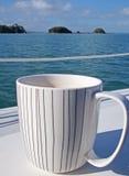 Tazza di caffè sporca su una barca a vela fotografie stock
